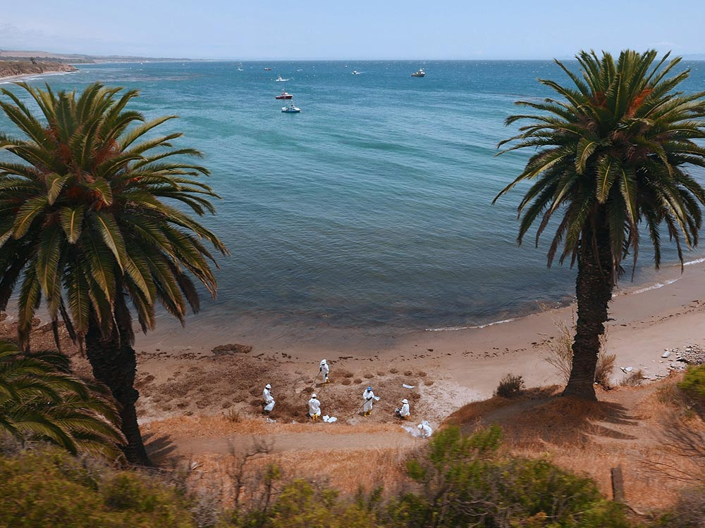 Refugio_oil_cleanup_workers_and_boats